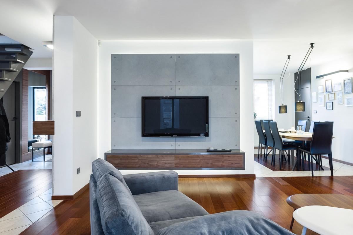 salon ze ścianą z płytami z betonu architektonicznego