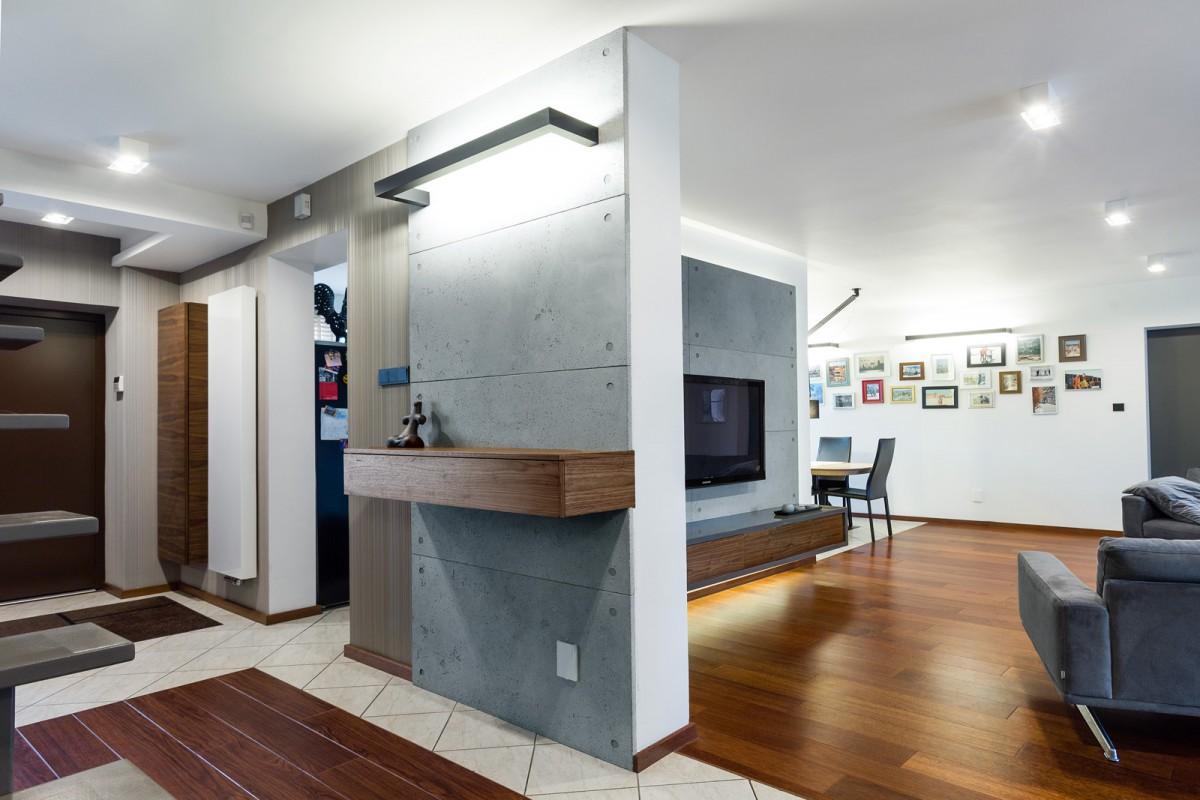 salon i przedpokój z betonem architektonicznym