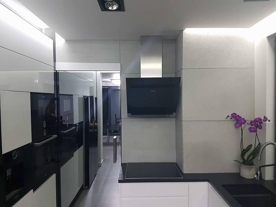 Kompozycja Tetris na klatce schodowej, montaż płyt w salonie oraz w kuchni.